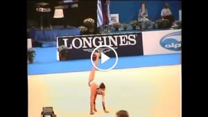 Кто-то должен сказать этой гимнастке, что это просто физически не возможно!