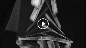 Потрясающее исполнение карточных трюков в замедленной съемке