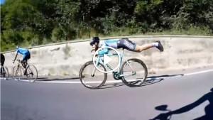 Велосипедист показал, как обогнать соперников при спуске со склона