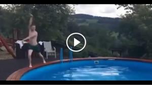 Парень пародирует синхронное плавание. Вы не сможете сдержать смех!