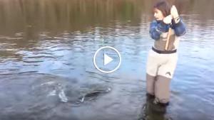 Женщина на рыбалке! Прикол!