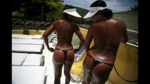 Бикини из изоленты стали новым трендом в Бразилии (17 фото)