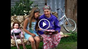 Камера запечатлела, как бабушка укладывает внучку. Мать крохи не ожидала увидеть то, что произошло на 13-й секунде…