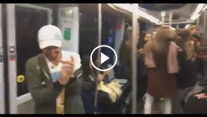 Он начал петь песню Шакиры прямо в вагоне метро. Спустя минуту пассажиры уже не могли усидеть на местах!