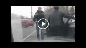 Беззащитного дедушку начали избивать посреди дороги. Только посмотри, КТО за него заступился!
