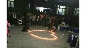 В Китае сотрудники университета сорвали признание в любви (4 фото)