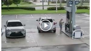 Женщина вышла из машины, чтобы рассчитаться. Когда она поняла свою ошибку, было уже поздно!