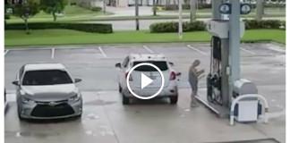 Женщина вышла из машины, чтобы рассчитаться