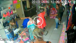 Пока она отвлекала продавца, две других женщины вынесли целую коробку одежды… Но камера всё видит!