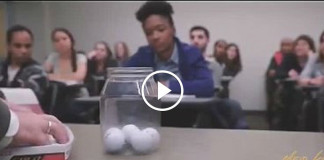поставил на стол перед учениками пустую банку