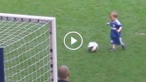 Стоило этому малышу выбежать на поле, как внимание зрителей моментально переключилось на него!