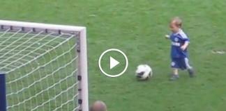 Мальчик забил гол