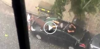 Мужчина спасает машину от града