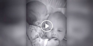Новорожденные двойняшки в кроватке