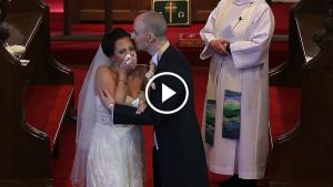 Жених прерывает церемонию и просит невесту отвернуться. Та начинает рыдать на глазах у гостей…