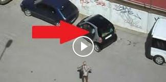 девушка пытается припарковать свою машину