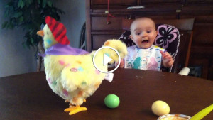 Этот малыш впервые увидел пасхальную игрушку. Посмотрев на его реакцию, ты точно улыбнешься!