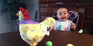 малыш впервые увидел пасхальную игрушку